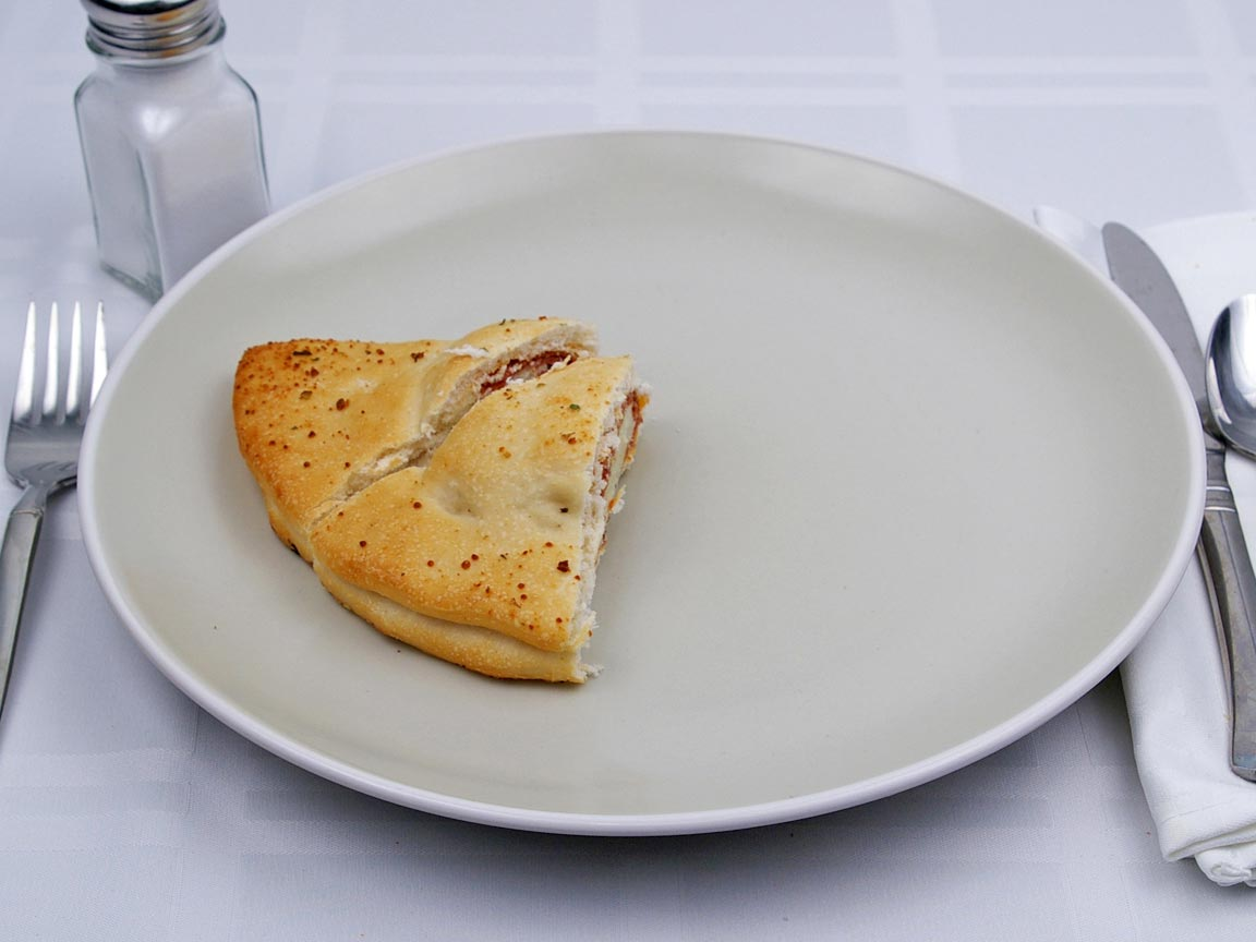 Calories in 0.5 calzone(s) of Calzone - Pepperoni